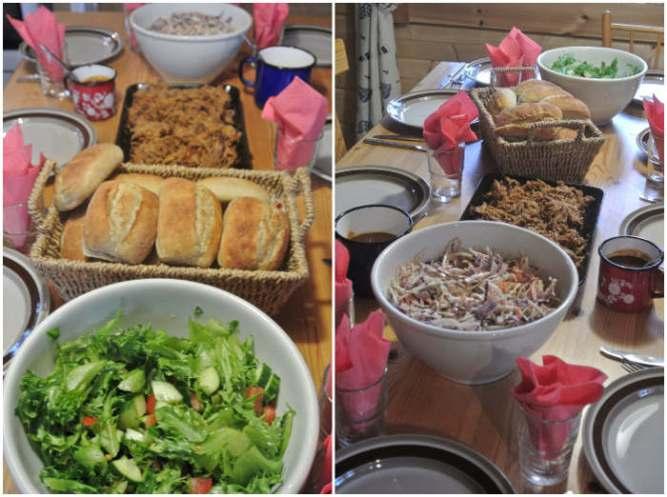 Vihersalaattia, sämpylöitä, pulled pork barbeque lihaa, coleslaw-salaattia ja barbeque-kastiketta