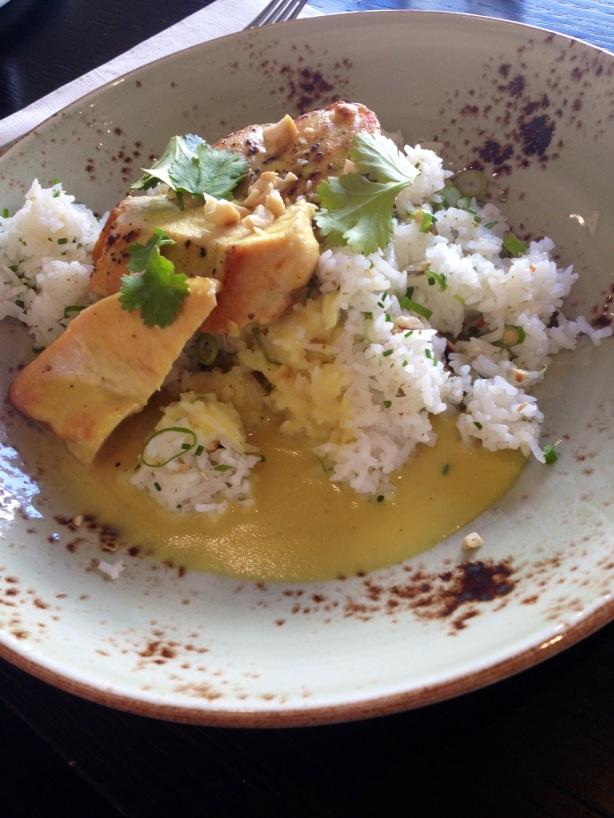 ravintola goto paahdettua kananrintaa ja currykastiketta