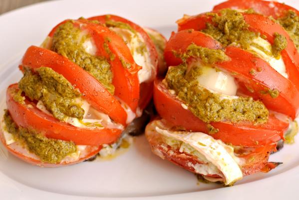 Grillattu tomaatti vuohenjuusto-pestotäytteellä