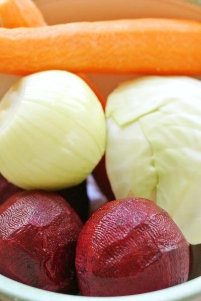 Borssikeiton ainekset punajuuria, porkkanaa, kaalia ja sipulia