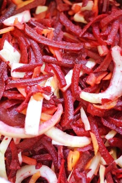 Kuullotettua punajuurta, valkokaalia, porkkanaa ja sipulia borssikeittoa varten